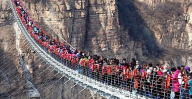 Cảnh tượng nhìn thôi đã bủn rủn chân tay: Cả trăm khách du lịch chen nhau trên cây cầu kính trong suốt dài nhất thế giới