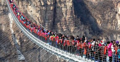 Hàng trăm người chen chân đi trên cây cầu treo đáy kính dài nhất thế giới