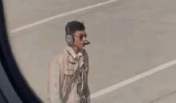 Chàng kỹ thuật viên sân bay Trung Quốc nổi tiếng vì bị chụp trộm mà vẫn đẹp trai ngời ngời được khen ngợi trên báo nước ngoài