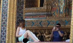 Khách nữ bị chỉ trích vì mặc hở hang đi chùa ở Thái Lan