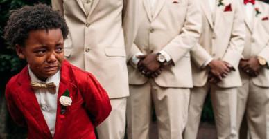 Thấy mẹ tiến vào lễ đường chuẩn bị cử hành hôn lễ, cậu con trai 5 tuổi khóc nức nở