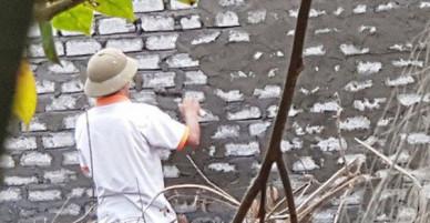 Nghi phạm giết người được cho về nhà chữa bệnh nhưng đi làm thợ xây