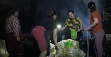 Tiểu thương chợ Quang dò dẫm tìm đồ sót sau vụ cháy - VnExpress
