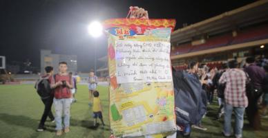 Gói bimbim khổng lồ cùng lời nhắn dễ thương fan gửi đến cầu thủ trong trận HAGL - Hà Nội