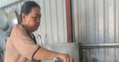 Mất 3 người thân vì cháy Carina, cặp vợ chồng nấu nghìn suất cơm từ thiện