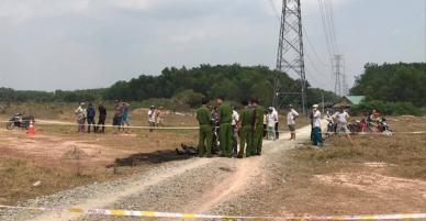 Hốt hoảng phát hiện thi thể người phụ nữ cháy đen, trên cơ thể quấn nhiều vòng sắt trong bãi đất trống
