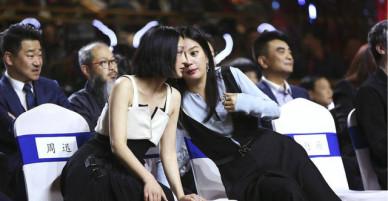 Gần 10 năm bất hòa tránh mặt nhau, Triệu Vy - Châu Tấn gây sốt vì thân thiết trở lại tại sự kiện