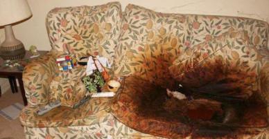 Con gái để mặc mẹ qua đời trên ghế sofa, căn phòng đầy rác rưởi và bộ quần áo tới 10 năm không thay