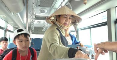 Hành khách bất ngờ được đi xe buýt miễn phí trong ngày lễ - VnExpress