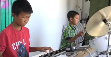 Hai đứa trẻ tự học nhạc kiếm tiền nuôi gia đình - VnExpress