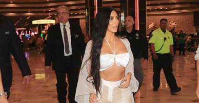 Kim mặc xuyên thấu, được dàn vệ sĩ hộ tống vào khách sạn ở Las Vegas