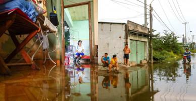 Cuộc sống trong cảnh ngập nước của người dân cố bám trụ ở Thủ Thiêm