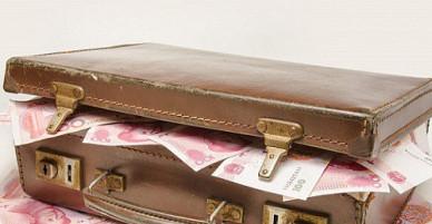 Cô gái vứt vali tiền vì chê phí chia tay ít