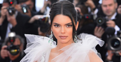 Kendall Jenner diện đầm trong suốt khoe cơ thể ở Cannes
