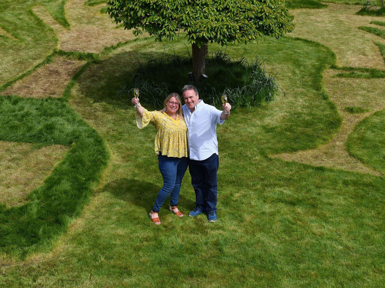 trúng thưởng, vé số, tin8, làm vườn, ăn mừng, chúc mừng, vợ chồng, người Anh