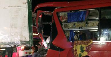 Ôtô giường đâm xe đầu kéo, 12 người bị thương