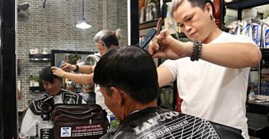 Chủ tiệm cắt tóc miễn phí cho người nghèo, khuyết tật ở Hội An: Tôi chạy ra giải thích và mời thì họ mới dám vào, thấy thương lắm!