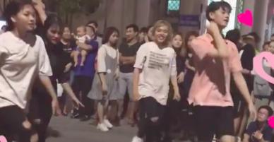 Nhảy hit của BlackPink ở phố đi bộ, chàng trai áo hồng khiến cư dân mạng ráo riết xin link vì quá dễ thương