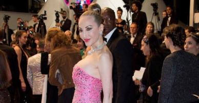Hình ảnh khoe ngực ngồn ngộn hiếm hoi của thảm họa thẩm mỹ Hồng Kông tại LHP Cannes