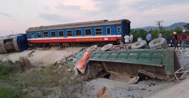 Tàu chở 400 khách bị lật khi đâm xe ben ở Thanh Hoá, hai người chết