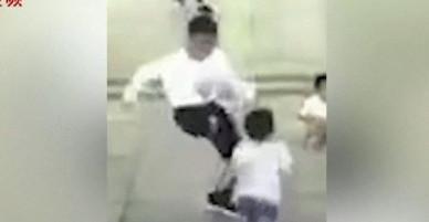 Trung Quốc: Nam thanh niên bất ngờ đá cậu bé 4 tuổi bay xa cả mét khiến dư luận phẫn nộ