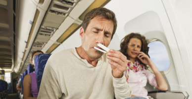 Vì sao hút thuốc trên máy bay là đặt cược tính mạng với tử thần