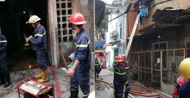 Giải cứu 2 người mắc kẹt trong chung cư đang cháy