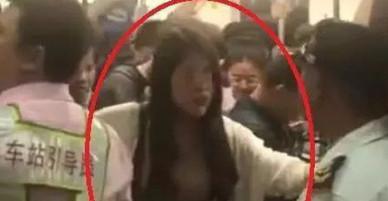 Trung Quốc: Cô gái trẻ một mình chống lại nguyên cả đoàn tàu chỉ để tìm điện thoại bị mất