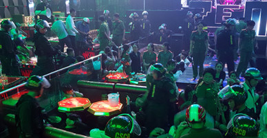 Dân chơi vứt ma tuý, giấu hung khí khi cảnh sát ập vào quán bar