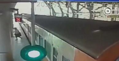 Đài Loan: Hơn 30 người đẩy toa tàu 45 tấn cứu cụ bà mắc kẹt tại đường ray gây xúc động mạnh