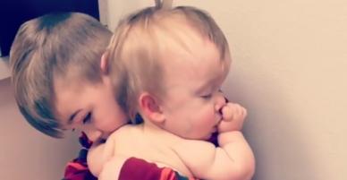 Cậu bé 6 tuổi ôm chặt em gái bị ốm để em ngủ ngon lành