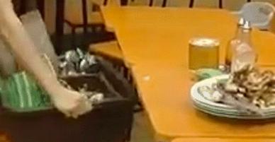 Tội cho chàng trai ấy: nỗ lực dọn dẹp lắm nhưng vẫn hậu đậu làm đổ bể hết chén bát ở phút thứ 89!
