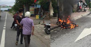 Chạy xe lạng lách, nam thanh niên bị 2 người đuổi đánh, đốt luôn xe máy