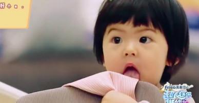 Con gái hơn 1 tuổi thích gặm cả thế giới của Giả Tịnh Văn