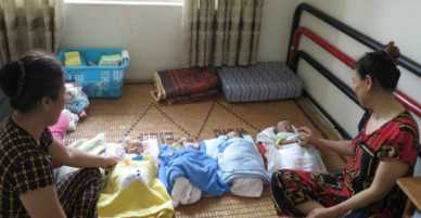 Người mẹ Nghệ An hai tháng ngủ ngồi để chăm 4 con sinh tư