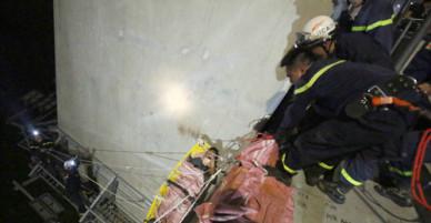 Cảnh sát đu dây cứu nam thanh niên rơi cầu từ Nhật Tân xuống đất