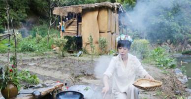 Cô gái kiếm bộn tiền nhờ sống ở túp lều trong rừng