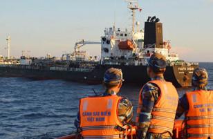 Tàu Singapore bán lậu dầu cho tàu Trung Quốc ngay tại vùng biển Việt Nam