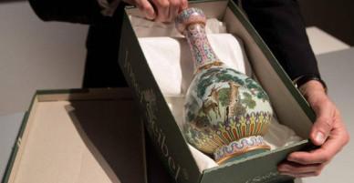 Pháp: Tình cờ tìm thấy bình hoa cũ kỹ trên gác mái, ai ngờ bán đấu giá được 431 tỷ đồng