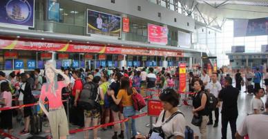 Hành khách ném điện thoại vào mặt khiến nữ nhân viên hàng không rách mí mắt bị cấm bay 1 năm