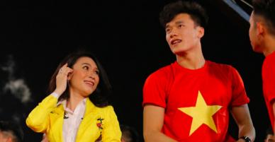 Clip: Mỹ Tâm công khai gọi Hà Đức Chinh là bạn gái Bùi Tiến Dũng khiến chàng thủ môn ngượng chín mặt