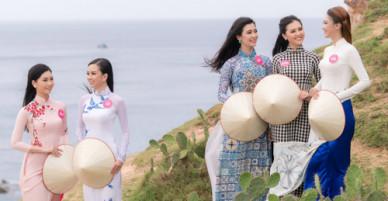 30 người đẹp HHVN 2018 mặc áo dài đi ngắm biển Quy Nhơn