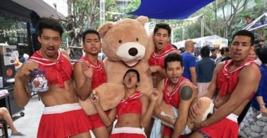 Nam bồi bàn cơ bụng 6 múi, mặc váy ngủ ở Thái Lan