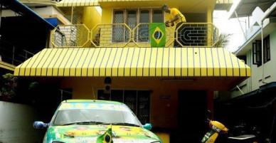 Người đàn ông sơn cả nhà cả xe thành màu vàng chuối với ước mơ đội tuyển Brazil sẽ vô địch World Cup 2018
