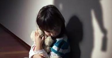 Bé gái 4 tuổi tử vong khi được bạn của cha trông giữ