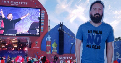 Vợ không cho sang Nga xem World Cup, nhóm bạn thân đành in hình anh chồng ra rồi mang đi cho đủ team