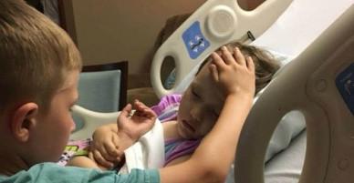 Cậu bé 6 tuổi vuốt trán an ủi em gái sắp qua đời vì ung thư não