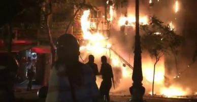 Căn nhà 5 tầng ở Sài Gòn chìm trong biển lửa, hàng trăm chiến sỹ cứu hỏa nỗ lực chữa cháy trong đêm