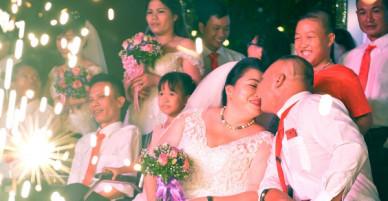 Ảnh: Xúc động lễ cưới tập thể của 41 cặp vợ chồng khuyết tật ở Hà Nội