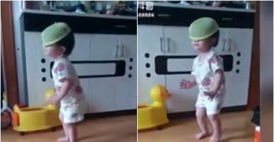 Bé gái úp rổ lên đầu quẩy tưng bừng theo điệu nhạc